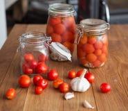 Pots de tomates marinées Image stock