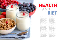 Pots de yaourt, de baies et de céréales naturels frais Photo libre de droits