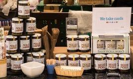 Pots des conserves au vinaigre à vendre sur un marché Image libre de droits