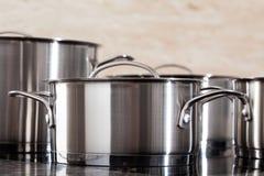 Pots en aluminium en plan rapproché photographie stock libre de droits