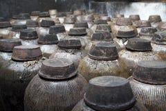 Pots en céramique dans la distillerie photos stock