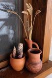 Pots en céramique sur le rebord de fenêtre photo libre de droits