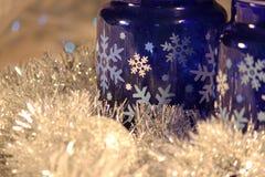Pots en verre de bleu de cobalt avec les flocons de neige blancs et bleus Images stock