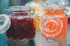 Pots en verre de gelée sur l'affichage images stock