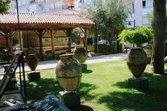 Pots et amphores antiques - une exposition dans la cour du musée archéologique Turquie d'Alanya Images libres de droits