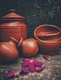 Pots et fleurs tombés pour de bon photographie stock