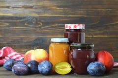 Pots et fruits frais de confiture de fruit photos libres de droits