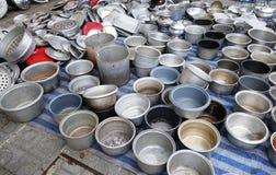 Pots intérieurs utilisés de cuiseur de riz en ventes sur le marché aux puces Images libres de droits