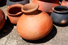 Pots, plats, et d'autres articles faits d'argile cuit au four Images libres de droits