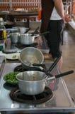 Pots sales après cuisson d'un repas Photo stock