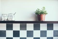 Pots sur l'étagère de cuisine Photos stock