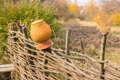 Pots sur une barrière en osier photographie stock