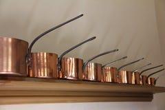 Pots victoriens et casseroles d'en cuivre de cuisine Images libres de droits