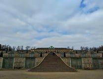 Potsdam/Alemanha - 24 de março de 2018: Cascata dos vinhedos no parque sem Souci Palácio sem Souci na distância fotografia de stock royalty free