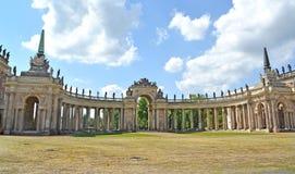 Potsdam, Deutschland Eine Kolonnade des neuen Palastes am sonnigen Tag Park von San-Sushi lizenzfreies stockbild