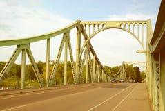POTSDAM NIEMCY, SIERPIEŃ, - 15, 2017: Glienicke most w Potsdam Fotografia Stock