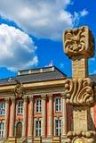 Potsdam Tyskland - utrymme för konst offentligt i centrum för Potsdam ` s - dekorativ stolpemilpelare framme av den tidigare stad arkivfoto