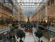 Potsdamer Platz Arkaden shoppinggalleria i julgarnering med den enorma julgranen, girlander och ljus royaltyfria foton