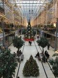 Potsdamer Platz Arkaden shoppinggalleria i julgarnering med den enorma julgranen, girlander och ljus arkivfoton