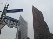 Potsdammer普拉茨在柏林,德国 在与街道名字的前景标志 免版税图库摄影
