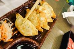 Potstickers vegeterian asiáticos de Gyoza con la salsa de soja imagenes de archivo