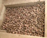 Potten in een oud graf stock foto's