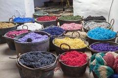 Potten met kleurrijke die garens in de oude workshop worden geverft royalty-vrije stock afbeeldingen