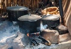 Potten op brand in een dorp van Madagascar stock foto