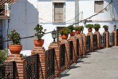 Potten van bloemen die zich op de omheining bevinden Stock Foto