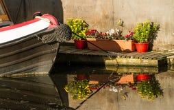 Potten van bloemen naast een kanaalschip Royalty-vrije Stock Afbeelding