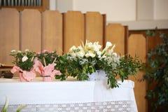 Potten van bloemen op het altaar Royalty-vrije Stock Fotografie