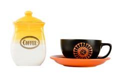 Potten van koffie en kop op een schotel, geel-witte kleur op whit royalty-vrije stock afbeeldingen