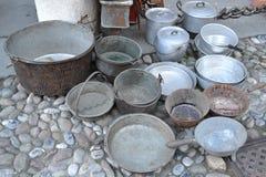 Potten van verschillende grootte en gemaakt van verschillende die metalen voor verkoop worden blootgesteld royalty-vrije stock afbeelding