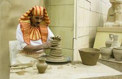 Pottenbakker artisanaal in nationale kleren in het paviljoen van Egypte in G royalty-vrije stock afbeelding