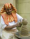 Pottenbakker artisanaal in nationale kleren in het paviljoen van Egypte in G stock foto