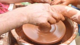Pottenbakker die aan aardewerkwiel werken die kleipot maken stock video