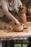 Pottenbakker die aan de draaibank werkt. Royalty-vrije Stock Fotografie
