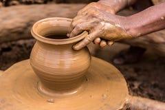 Pottenbakker die aarden pot maken stock foto's
