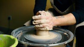 Pottenbakker die ceramische pot van klei modelleren op een wiel van de pottenbakker stock video
