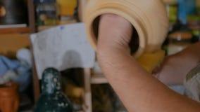 Pottenbakker die ceramische waren voor het branden voorbereiden stock video