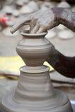 Pottenbakker die de pot van de diyasklei maken vóór diwalifestival stock foto's