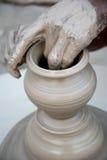 Pottenbakker die de pot van de diyasklei maken vóór diwalifestival royalty-vrije stock afbeelding