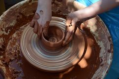 Pottenbakker die een kom maken Stock Foto's