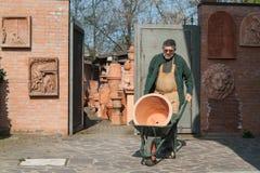 Pottenbakker die een kruik dragen Stock Afbeelding