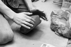 Pottenbakker die zijn werk doen Stock Foto