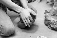 Pottenbakker die zijn werk doen Stock Foto's
