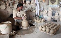 Pottenbakker in een aardewerkworkshop royalty-vrije stock afbeelding