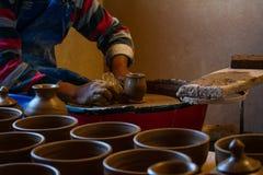 Pottenbakker op het werk, Jujuy, Argentinië stock afbeelding
