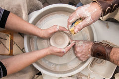 Pottenbakkers` s handen stock afbeelding