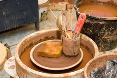 Pottenbakkers` s wiel en hulpmiddelen Stock Foto's